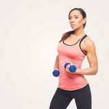 Mujer deportiva con pesas de gimnasia Fotos de archivo libres de regalías