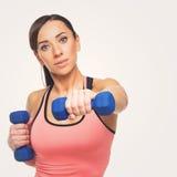 Mujer deportiva con pesas de gimnasia Imagen de archivo libre de regalías