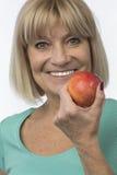Mujer deportiva con un mayor rojo de la manzana Imágenes de archivo libres de regalías