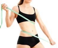 Mujer deportiva con una cinta métrica Imágenes de archivo libres de regalías