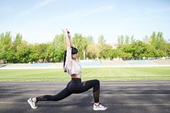 Mujer deportiva de la aptitud durante entrenamiento al aire libre de los ejercicios Copie el espacio P?rdida de peso Forma de vid fotos de archivo