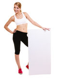 Mujer deportiva de la aptitud que sostiene la bandera vacía en blanco del anuncio Fotografía de archivo
