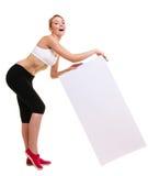 Mujer deportiva de la aptitud que sostiene la bandera vacía en blanco del anuncio Imagen de archivo