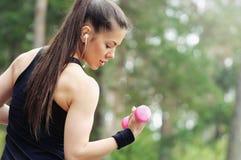 Mujer deportiva de la aptitud sana de la forma de vida con pesa de gimnasia y headpho fotografía de archivo libre de regalías