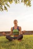 Mujer deportiva de la yoga por la mañana imagen de archivo libre de regalías