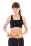 Mujer deportiva delgada hermosa con la cinta de la medida aislada en blanco Foto de archivo libre de regalías
