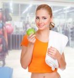 Mujer deportiva en el club de fitness imagenes de archivo