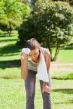 Mujer deportiva en el parque Foto de archivo libre de regalías