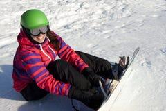 Mujer deportiva en montañas nevosas Fotografía de archivo