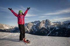 Mujer deportiva en montañas nevosas Imagen de archivo
