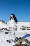 Mujer deportiva en Ski Gear Standing en la nieve Imagen de archivo
