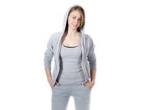 Mujer deportiva en sudadera con capucha de la camiseta Fotos de archivo libres de regalías