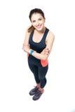 Mujer deportiva feliz que se coloca con los brazos doblados Fotografía de archivo