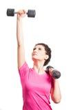 Mujer deportiva fuerte que entrena a sus hombros con los barbells negros Fotos de archivo libres de regalías