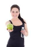 Mujer deportiva hermosa joven con la botella de agua y de aislador de la manzana Foto de archivo libre de regalías