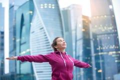 Mujer deportiva joven con sus brazos extendidos al cielo Imagen de archivo