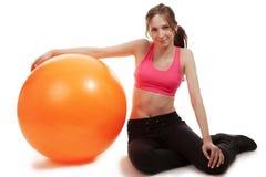 Mujer deportiva joven con un bal de la aptitud Foto de archivo