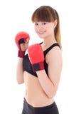 Mujer deportiva joven en los guantes de boxeo aislados en blanco Imagenes de archivo