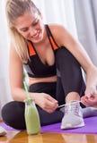 Mujer deportiva que ata cordones en piso foto de archivo libre de regalías