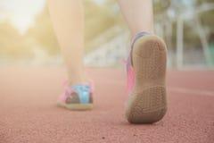 Mujer deportiva que corre en el camino Imagen de archivo libre de regalías
