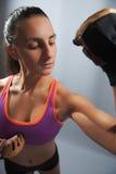 Mujer deportiva que dobla el bíceps Foto de archivo