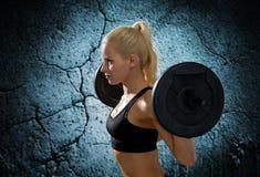 Mujer deportiva que ejercita con el barbell Imagen de archivo libre de regalías