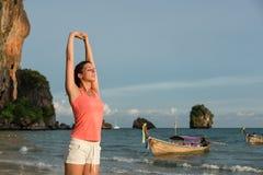 Mujer deportiva que estira los brazos y que se relaja Imagen de archivo libre de regalías