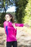Mujer deportiva que estira sus brazos Imágenes de archivo libres de regalías