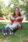 Mujer deportiva que hace crujidos Fotos de archivo libres de regalías