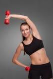 Mujer deportiva que hace ejercicio aeróbico Imagenes de archivo