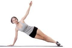 Mujer deportiva que hace ejercicio lateral del tablón Fotografía de archivo
