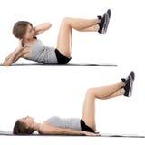 Mujer deportiva que hace los ejercicios para los ABS Imagen de archivo