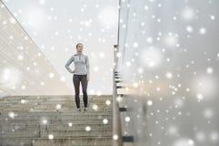 Mujer deportiva que se coloca encendido en escaleras de la ciudad imagenes de archivo