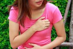 Mujer deportiva que tiene ataque del corazón - angina de pecho, I del miocardio imagen de archivo libre de regalías