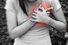 Mujer deportiva que tiene ataque del corazón - angina de pecho, I del miocardio imagen de archivo