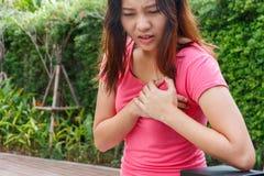 Mujer deportiva que tiene ataque del corazón - angina de pecho, I del miocardio foto de archivo libre de regalías