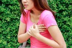 Mujer deportiva que tiene ataque del corazón en al aire libre - angina de pecho, M imagen de archivo libre de regalías