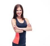 Mujer deportiva sonriente que se coloca con los brazos doblados Imagen de archivo libre de regalías