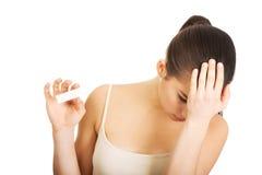 Mujer deprimida con la prueba de embarazo Foto de archivo