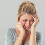 Mujer deprimida en el dolor que expresa pesar y tristeza Imágenes de archivo libres de regalías