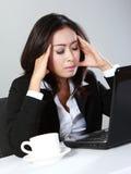Mujer deprimida en la oficina Fotos de archivo