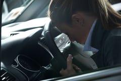 Mujer deprimida en un coche Foto de archivo