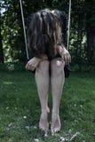 Mujer deprimida que lleva a cabo su cabeza baja Imagen de archivo