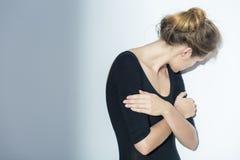 Mujer deprimida que oculta su cara Fotografía de archivo libre de regalías