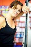 Mujer triste y desesperada que suelta batalla de la dieta Fotos de archivo libres de regalías