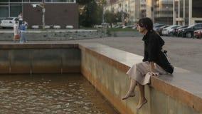 Mujer descalza encantadora almacen de metraje de vídeo