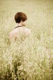 Mujer descubierta en prado Imagenes de archivo