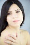 Mujer descubierta sensual con los labios grandes y los ojos verdes Foto de archivo