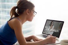 Mujer desempleada que busca las oportunidades del trabajo en línea, aplicándose para imagen de archivo libre de regalías