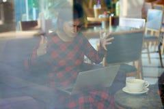 Mujer desesperada con el ordenador portátil quebrado imágenes de archivo libres de regalías